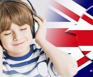 Junge mit Kopfhörern und Kueken mit Union Jack
